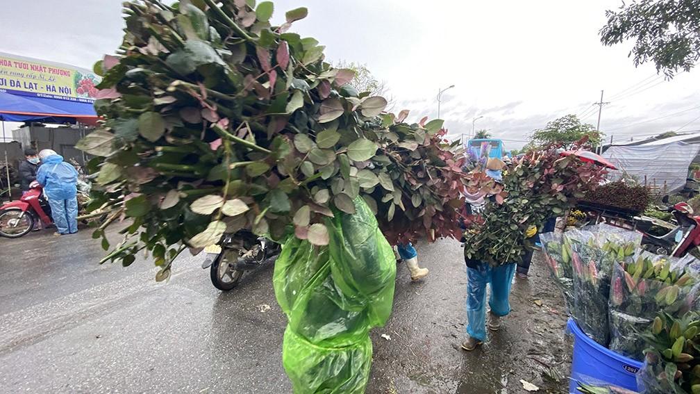 'Thủ phủ' hoa lớn nhất miền bắc tấp nập người mua bán ngày giáp Tết ảnh 10