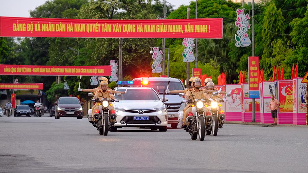 Vẻ đẹp của 'bóng hồng' cảnh sát giao thông Hà Nam ảnh 1