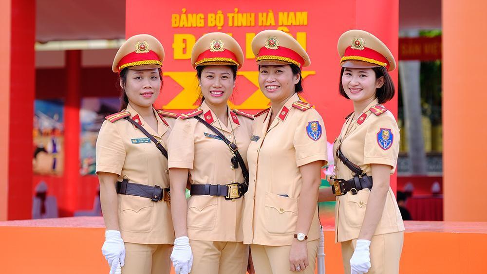 Vẻ đẹp của 'bóng hồng' cảnh sát giao thông Hà Nam ảnh 8