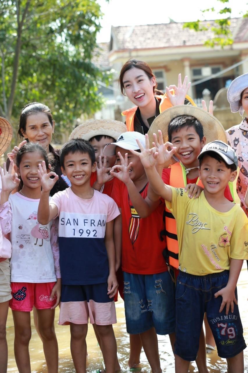 Hoa hậu Đỗ Mỹ Linh lội nước trao quà cho người dân vùng rốn lũ ảnh 6