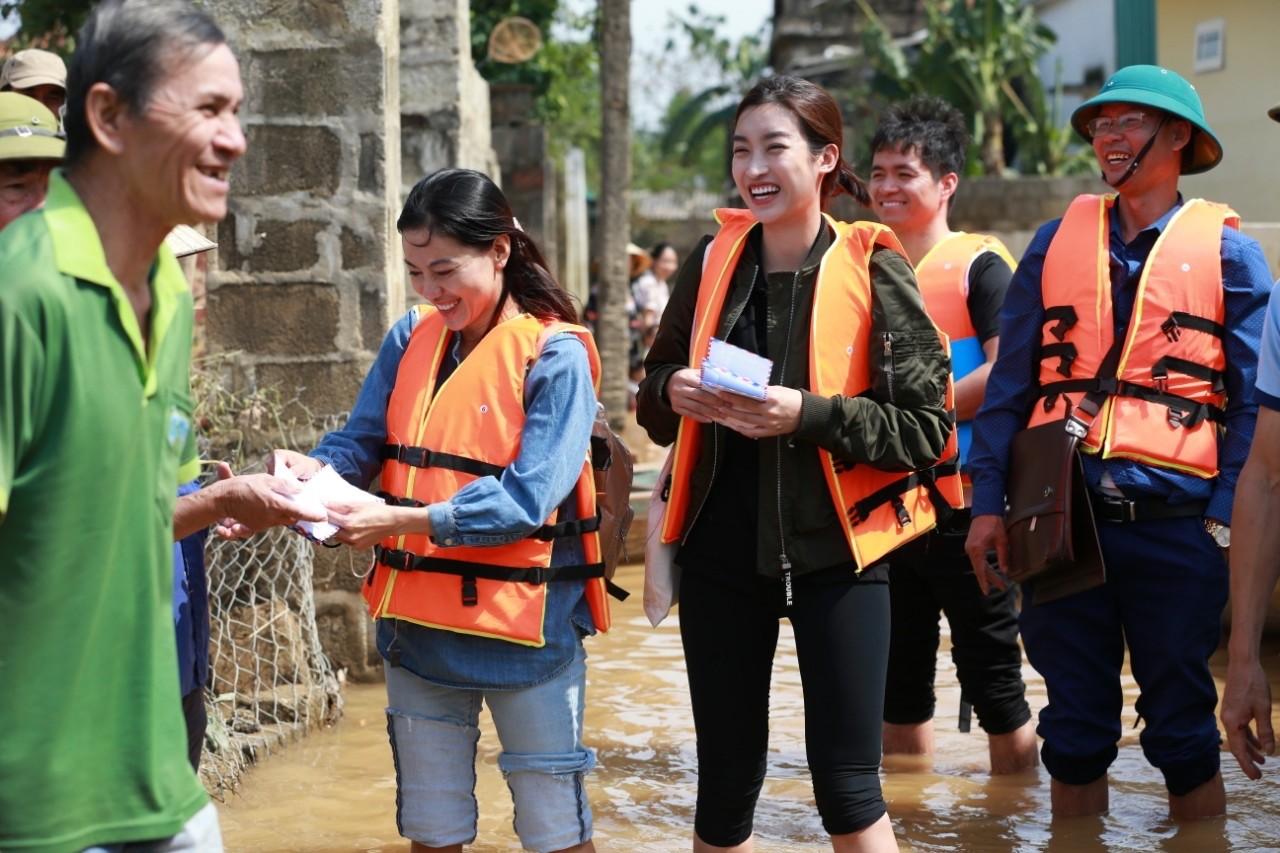 Hoa hậu Đỗ Mỹ Linh lội nước trao quà cho người dân vùng rốn lũ ảnh 1