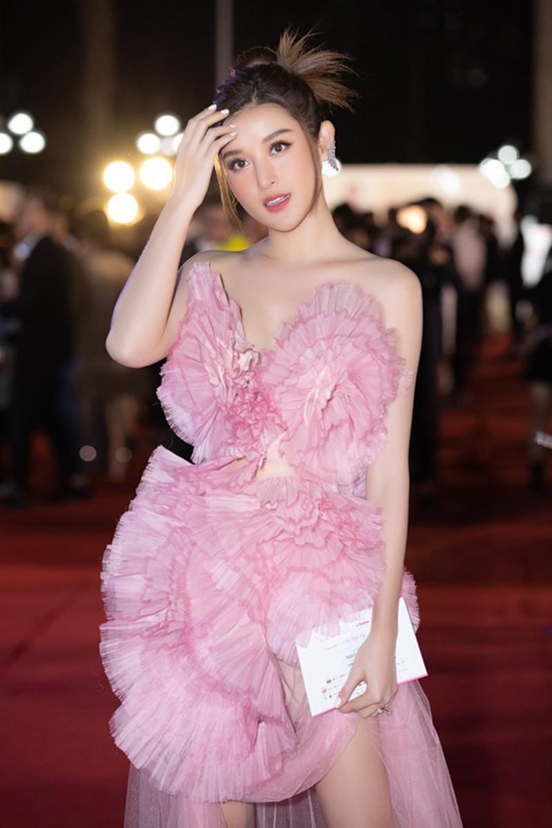 Hoa hậu Tiểu Vy cùng dàn người đẹp khoe sắc trên thảm đỏ Bán kết Hoa Hậu Việt Nam 2020 ảnh 9