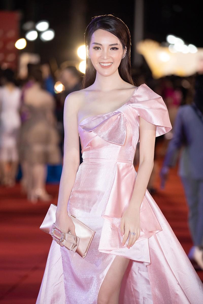 Hoa hậu Tiểu Vy cùng dàn người đẹp khoe sắc trên thảm đỏ Bán kết Hoa Hậu Việt Nam 2020 ảnh 5