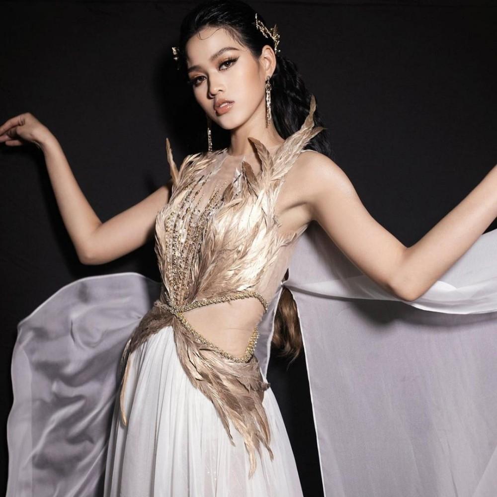 Hoa hậu Đỗ Thị Hà cùng 2 Á hậu khoe thần thái ngút ngàn trong ảnh hậu trường BST Nữ thần ảnh 2