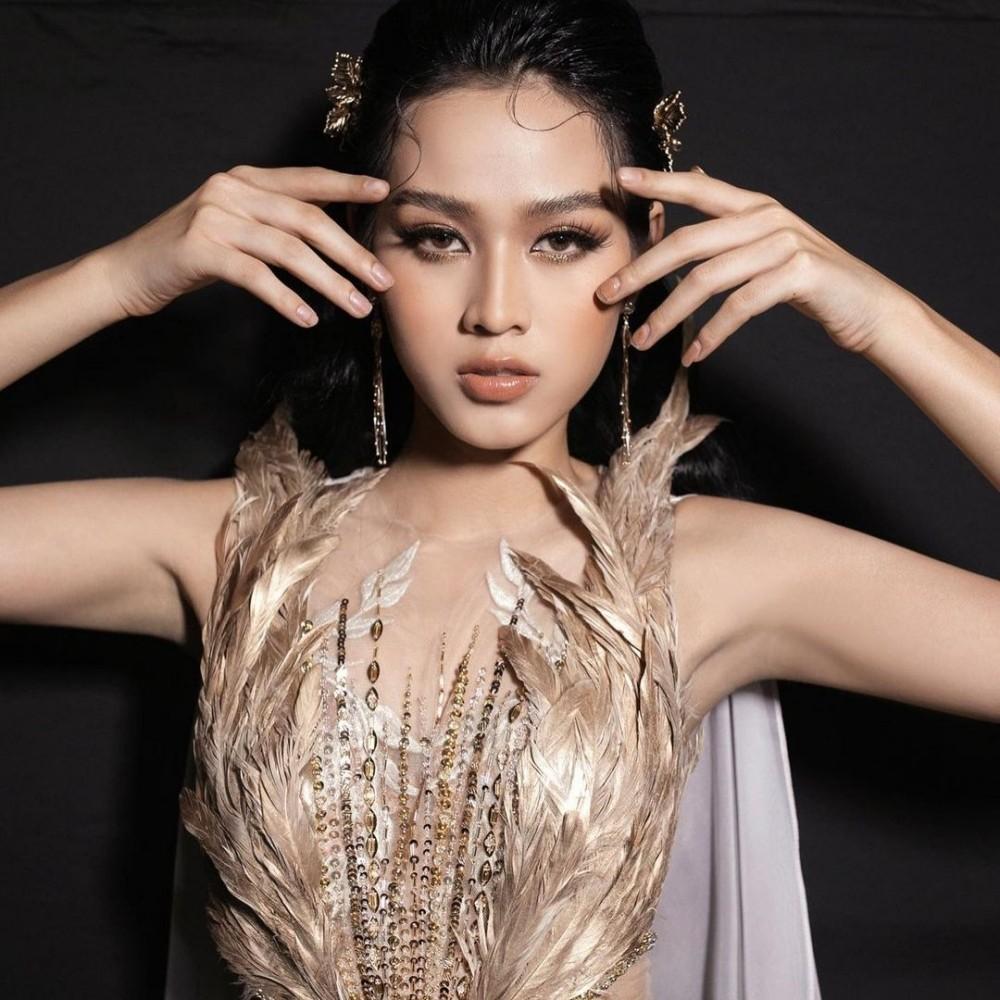 Hoa hậu Đỗ Thị Hà cùng 2 Á hậu khoe thần thái ngút ngàn trong ảnh hậu trường BST Nữ thần ảnh 3