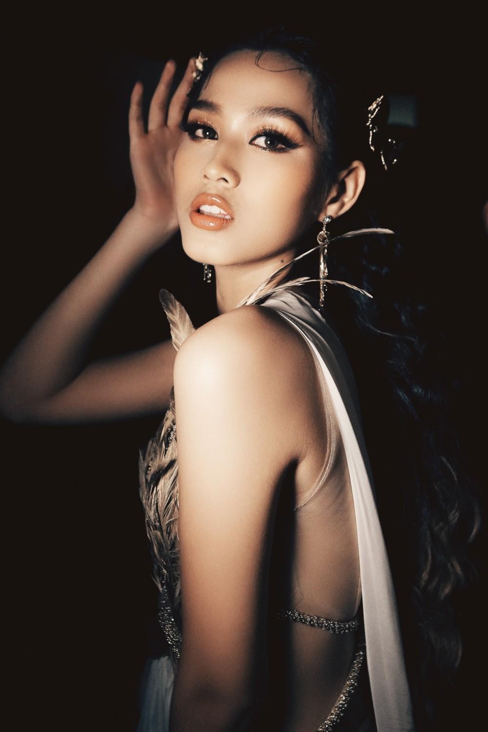 Hoa hậu Đỗ Thị Hà cùng 2 Á hậu khoe thần thái ngút ngàn trong ảnh hậu trường BST Nữ thần ảnh 4