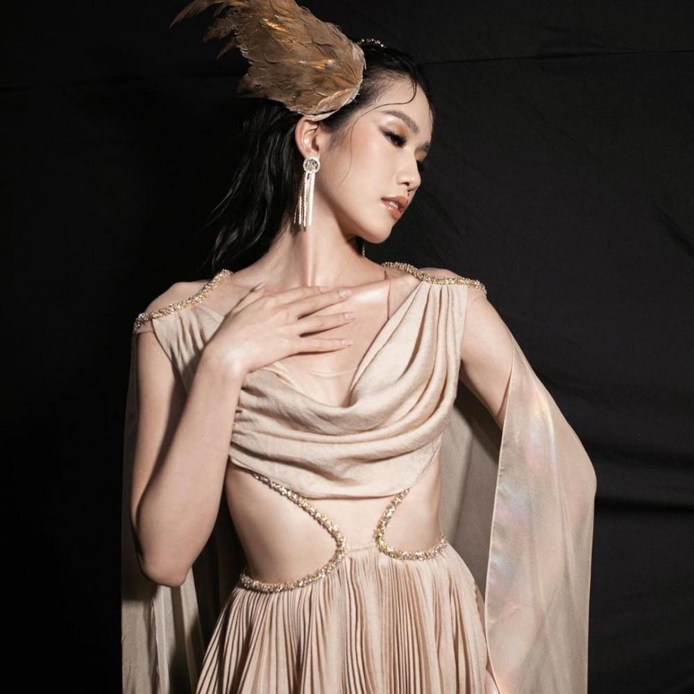 Hoa hậu Đỗ Thị Hà cùng 2 Á hậu khoe thần thái ngút ngàn trong ảnh hậu trường BST Nữ thần ảnh 7