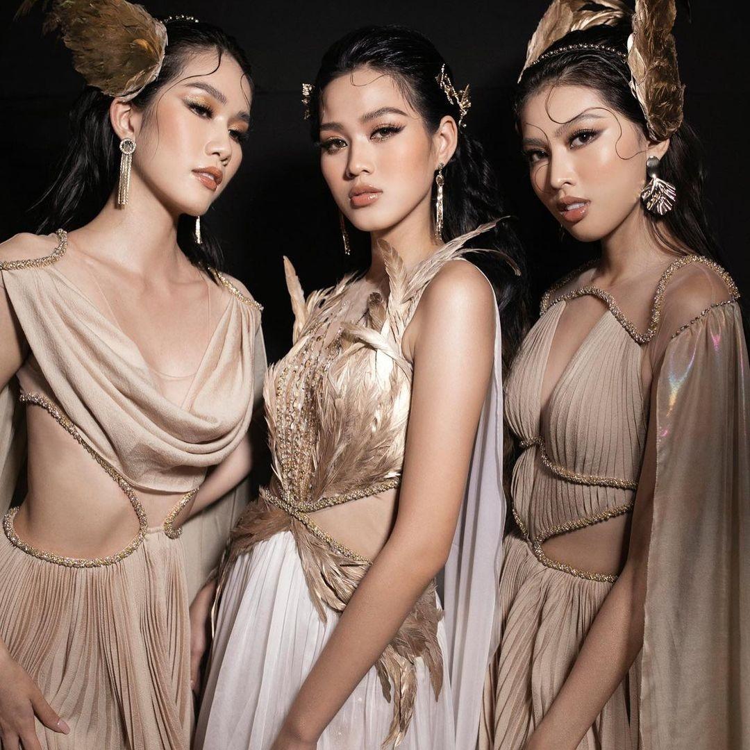Hoa hậu Đỗ Thị Hà cùng 2 Á hậu khoe thần thái ngút ngàn trong ảnh hậu trường BST Nữ thần ảnh 1