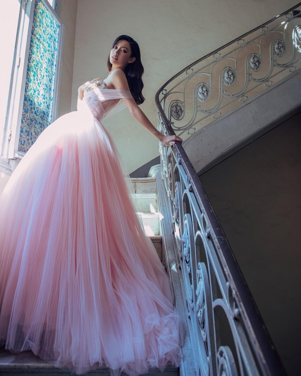 Hoa hậu Lương Thùy Linh khoe đôi chân 1m22 thon dài hiếm có trong bộ ảnh thời trang mới ảnh 2