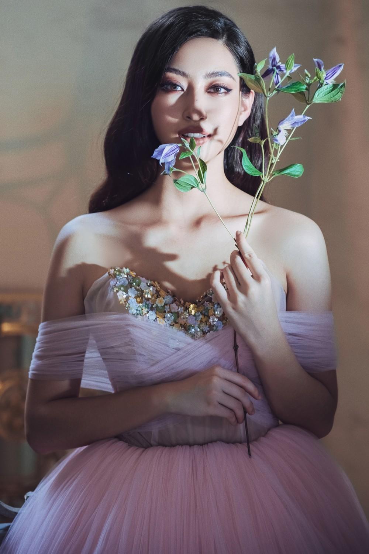 Hoa hậu Lương Thùy Linh khoe đôi chân 1m22 thon dài hiếm có trong bộ ảnh thời trang mới ảnh 1
