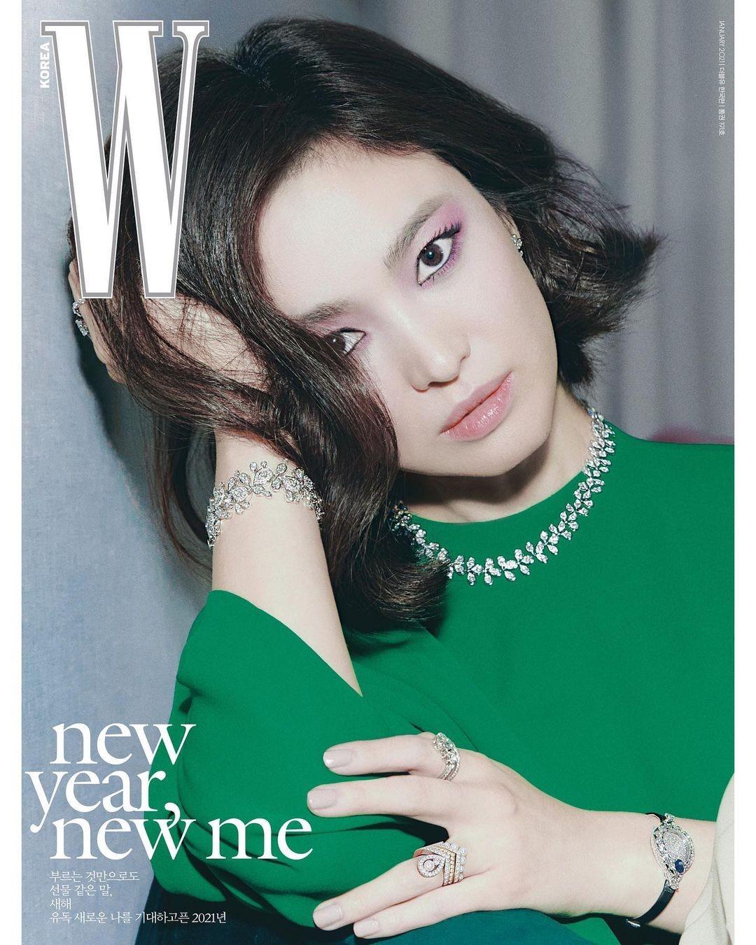 """Song Hye Kyo đeo vương miện 13 tỉ, đẹp như """"nữ vương"""" trên bìa chào năm mới của W Hàn ảnh 4"""
