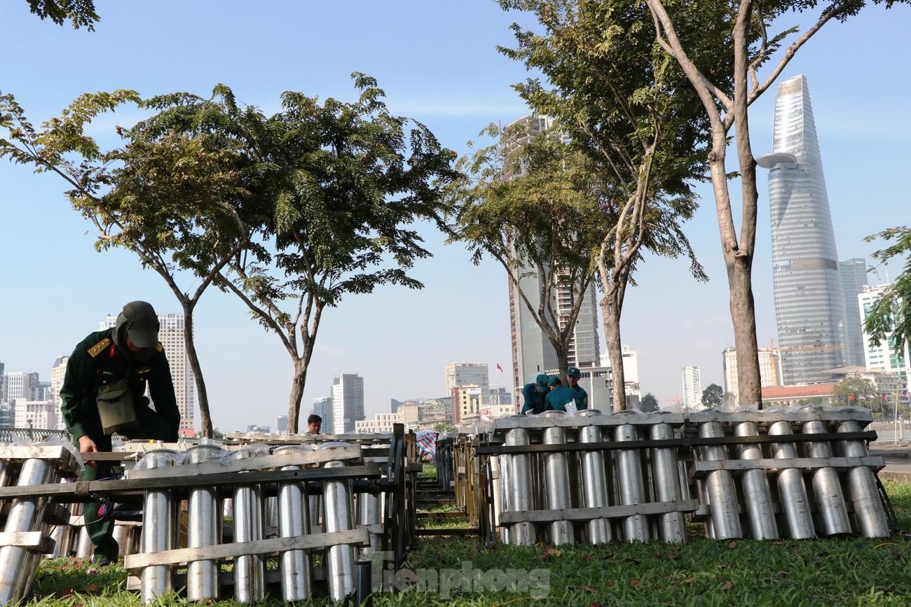 Trận địa pháo hoa trước giờ khai hoả đón năm mới ở Sài Gòn ảnh 1
