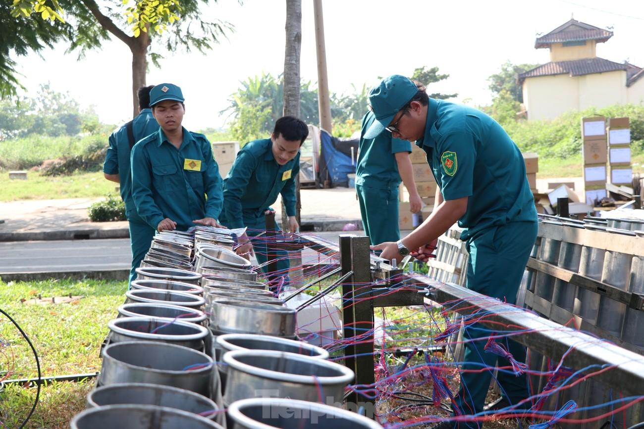 Trận địa pháo hoa trước giờ khai hoả đón năm mới ở Sài Gòn ảnh 4