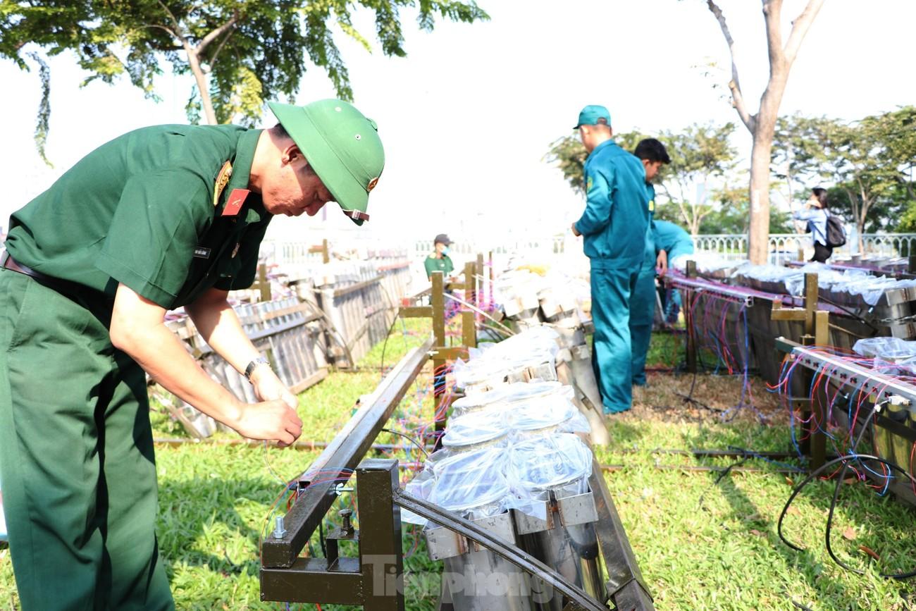 Trận địa pháo hoa trước giờ khai hoả đón năm mới ở Sài Gòn ảnh 5