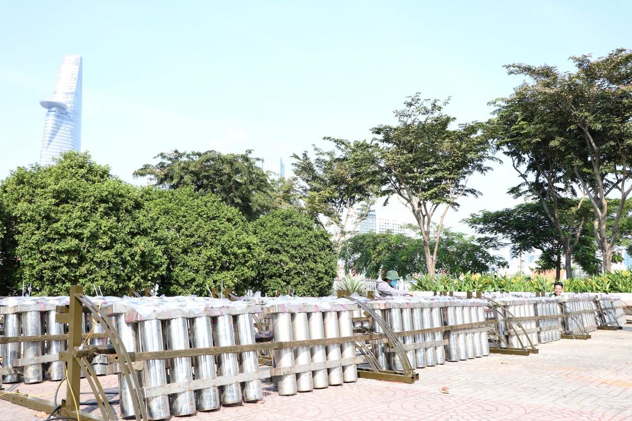 Trận địa pháo hoa trước giờ khai hoả đón năm mới ở Sài Gòn ảnh 6