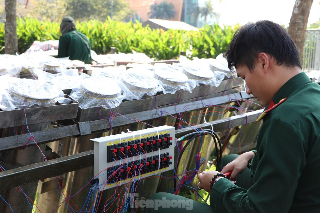Trận địa pháo hoa trước giờ khai hoả đón năm mới ở Sài Gòn ảnh 9