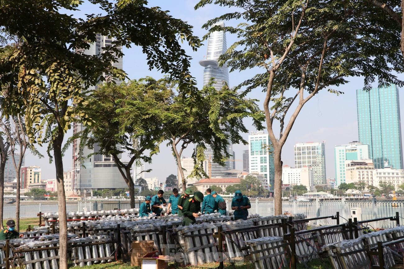 Trận địa pháo hoa trước giờ khai hoả đón năm mới ở Sài Gòn ảnh 10