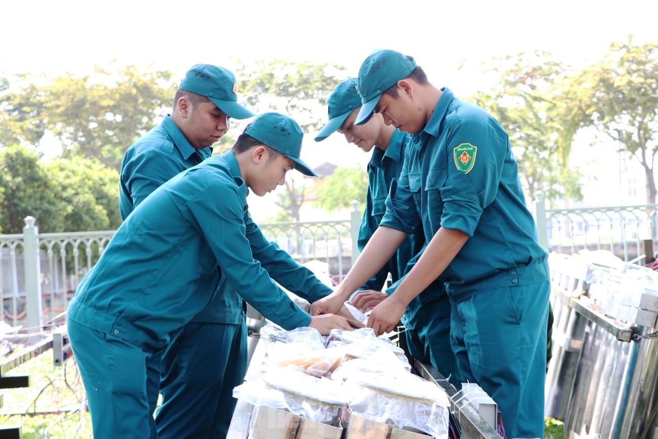 Trận địa pháo hoa trước giờ khai hoả đón năm mới ở Sài Gòn ảnh 15