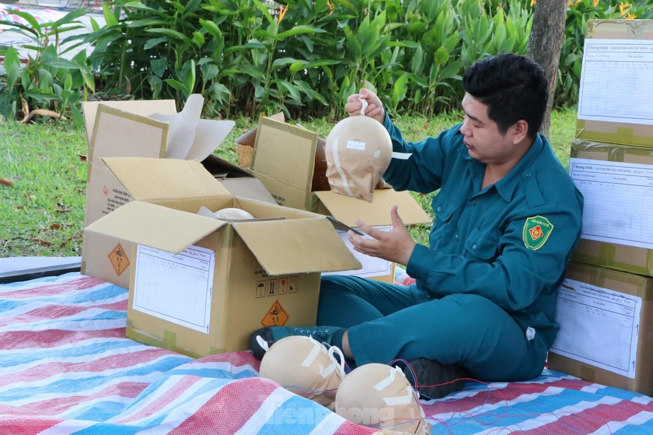 Cận cảnh trận địa pháo hoa lớn nhất Sài Gòn trước giờ 'khai hỏa' ảnh 3