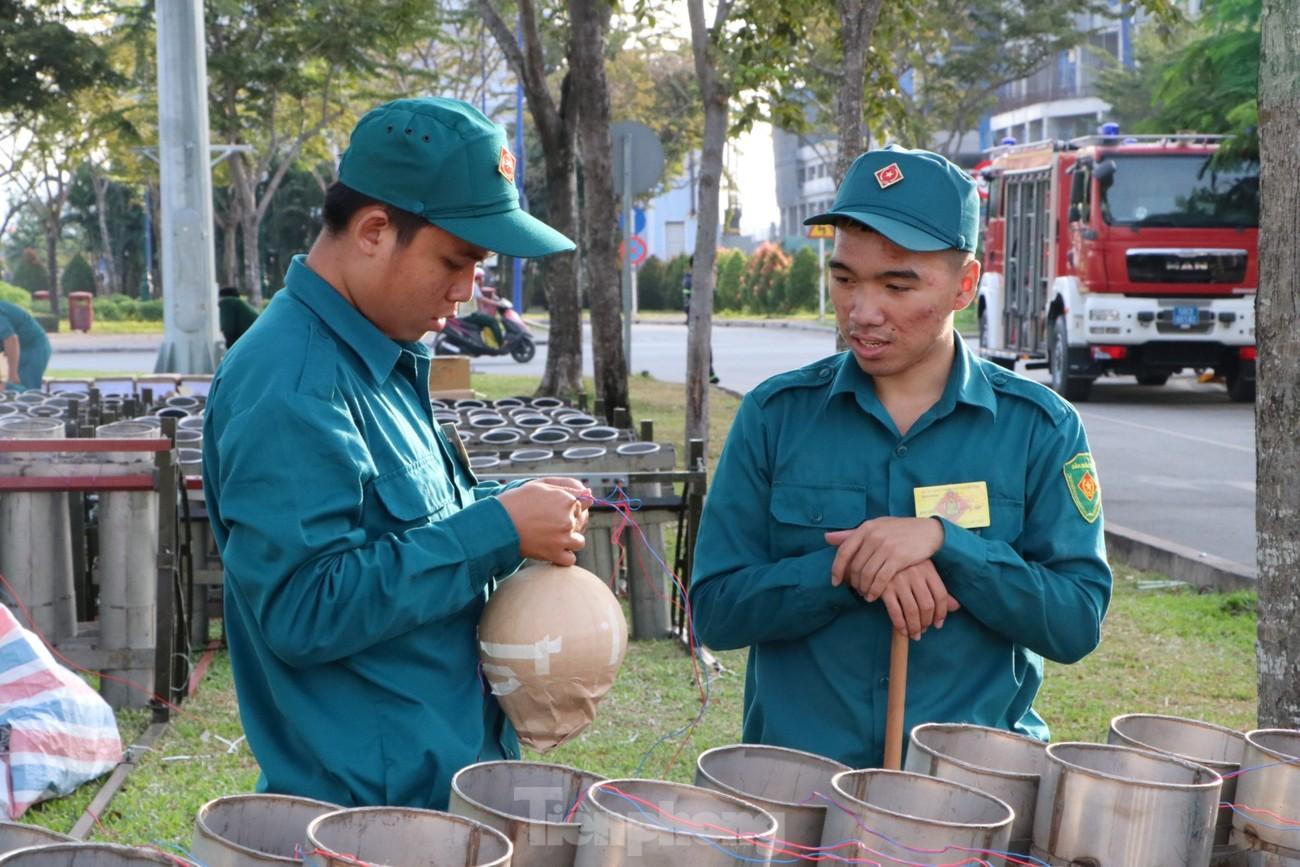 Cận cảnh trận địa pháo hoa lớn nhất Sài Gòn trước giờ 'khai hỏa' ảnh 6