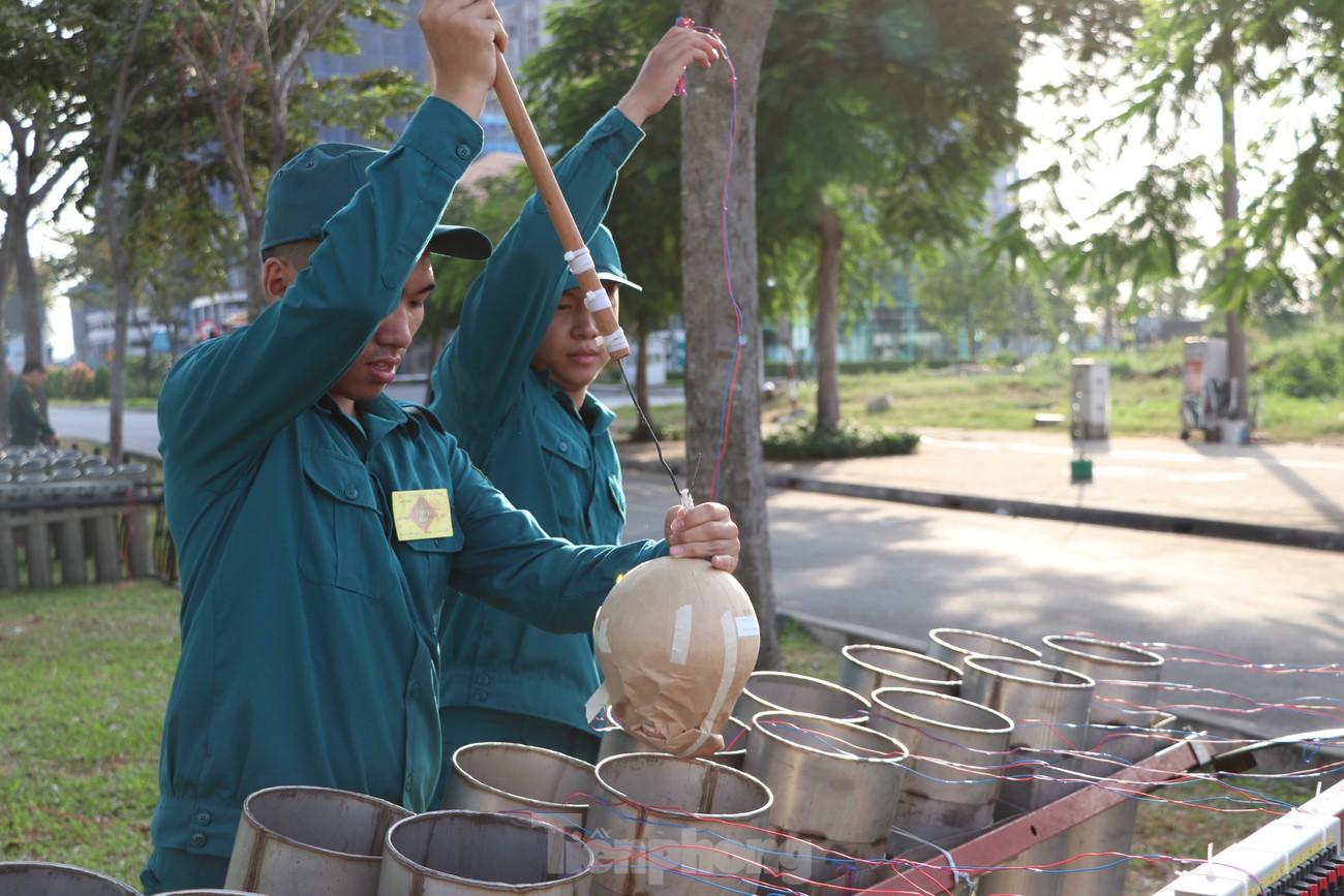 Cận cảnh trận địa pháo hoa lớn nhất Sài Gòn trước giờ 'khai hỏa' ảnh 7