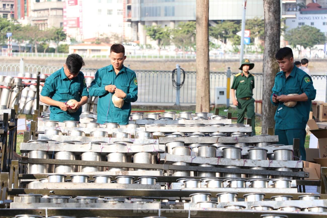 Cận cảnh trận địa pháo hoa lớn nhất Sài Gòn trước giờ 'khai hỏa' ảnh 11