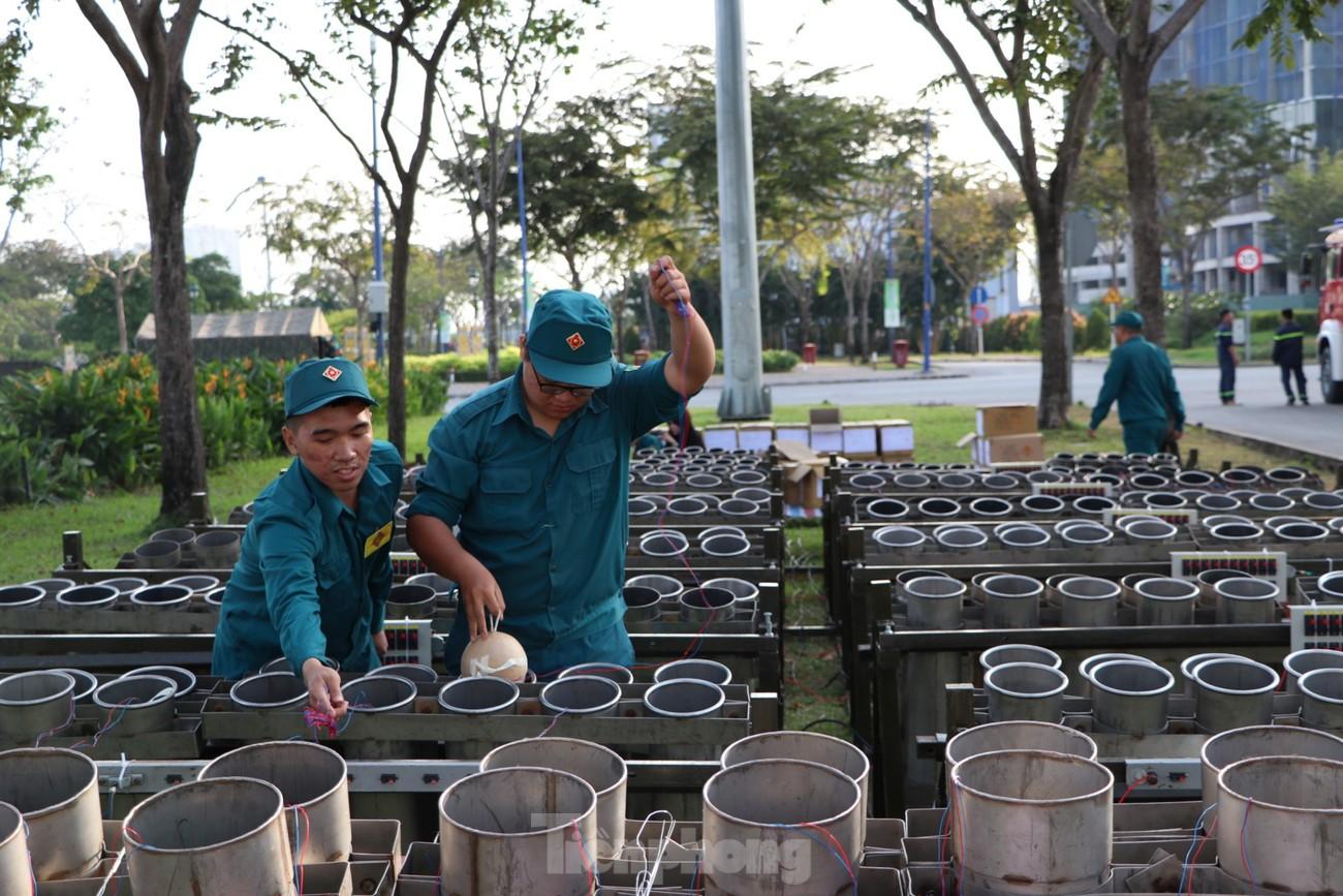 Cận cảnh trận địa pháo hoa lớn nhất Sài Gòn trước giờ 'khai hỏa' ảnh 12