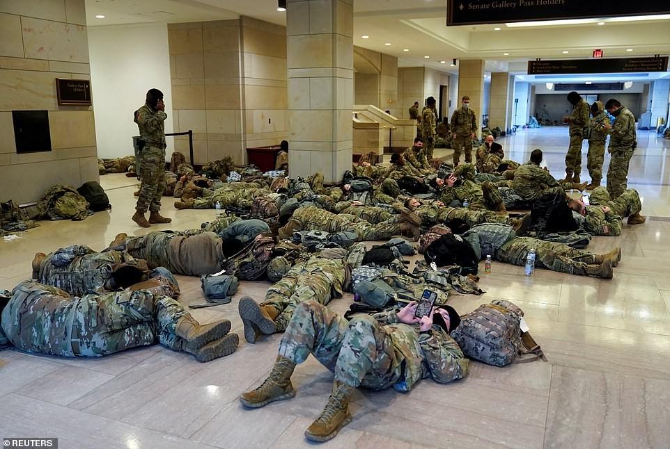Binh sĩ nằm la liệt, nhà báo Mỹ ví Điện Capitol như căn cứ quân sự ảnh 7