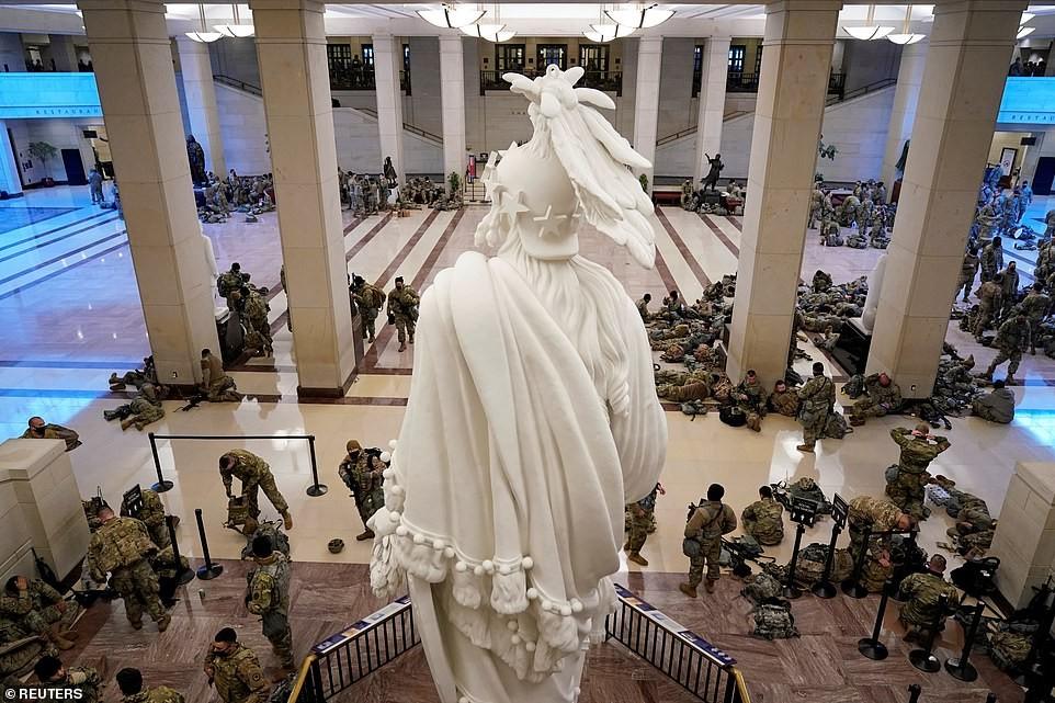 Binh sĩ nằm la liệt, nhà báo Mỹ ví Điện Capitol như căn cứ quân sự ảnh 3