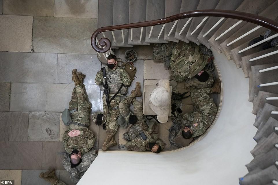 Binh sĩ nằm la liệt, nhà báo Mỹ ví Điện Capitol như căn cứ quân sự ảnh 5