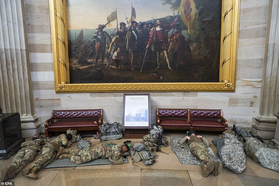 Binh sĩ nằm la liệt, nhà báo Mỹ ví Điện Capitol như căn cứ quân sự ảnh 14