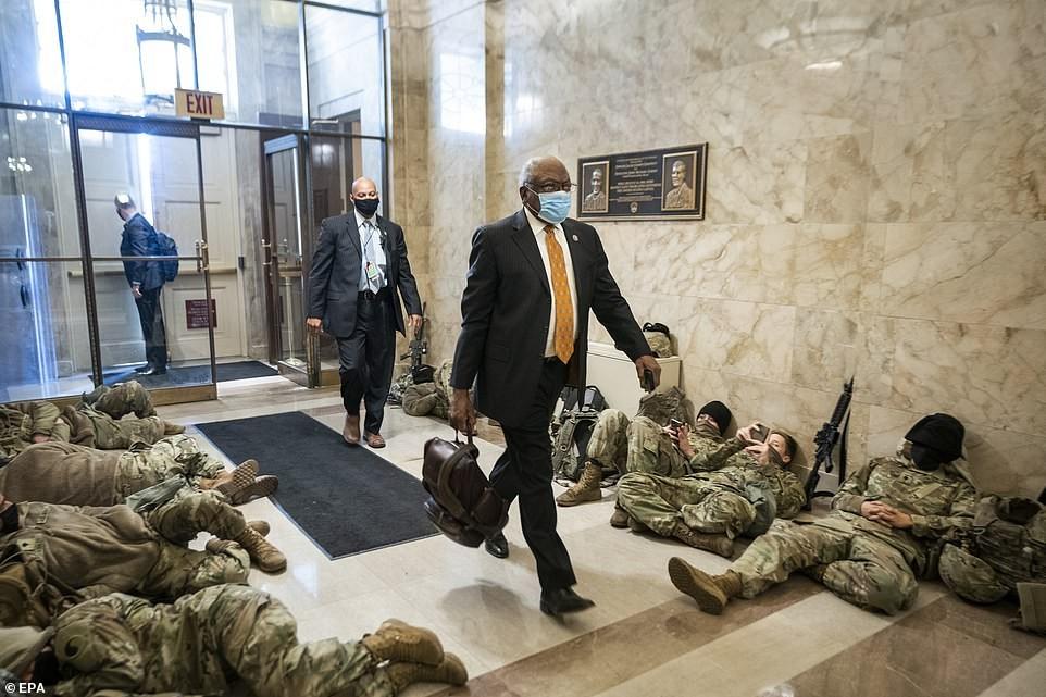 Binh sĩ nằm la liệt, nhà báo Mỹ ví Điện Capitol như căn cứ quân sự ảnh 13