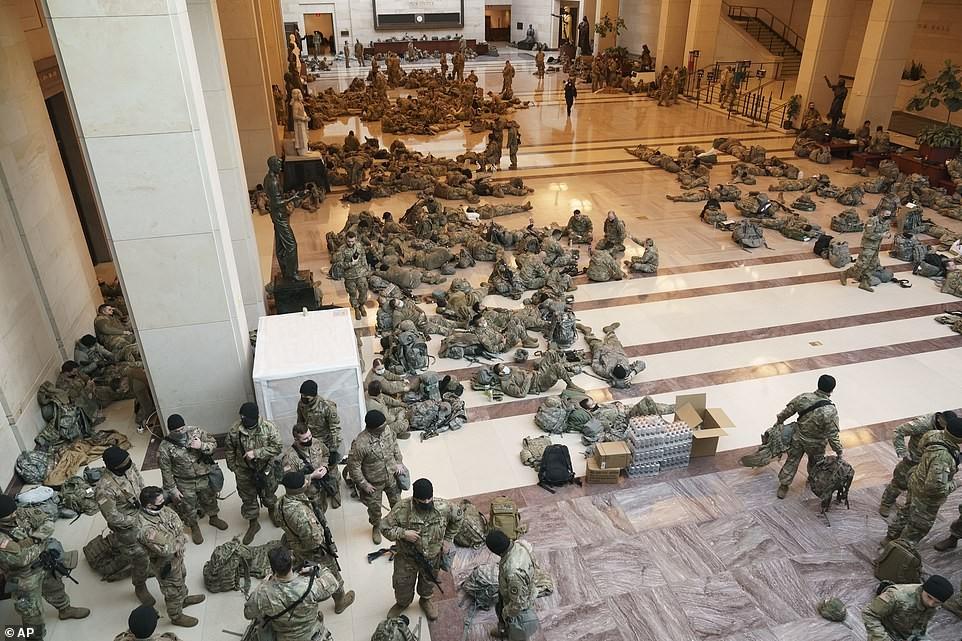 Binh sĩ nằm la liệt, nhà báo Mỹ ví Điện Capitol như căn cứ quân sự ảnh 12