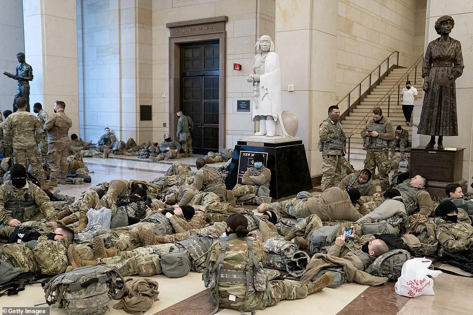 Binh sĩ nằm la liệt, nhà báo Mỹ ví Điện Capitol như căn cứ quân sự ảnh 10