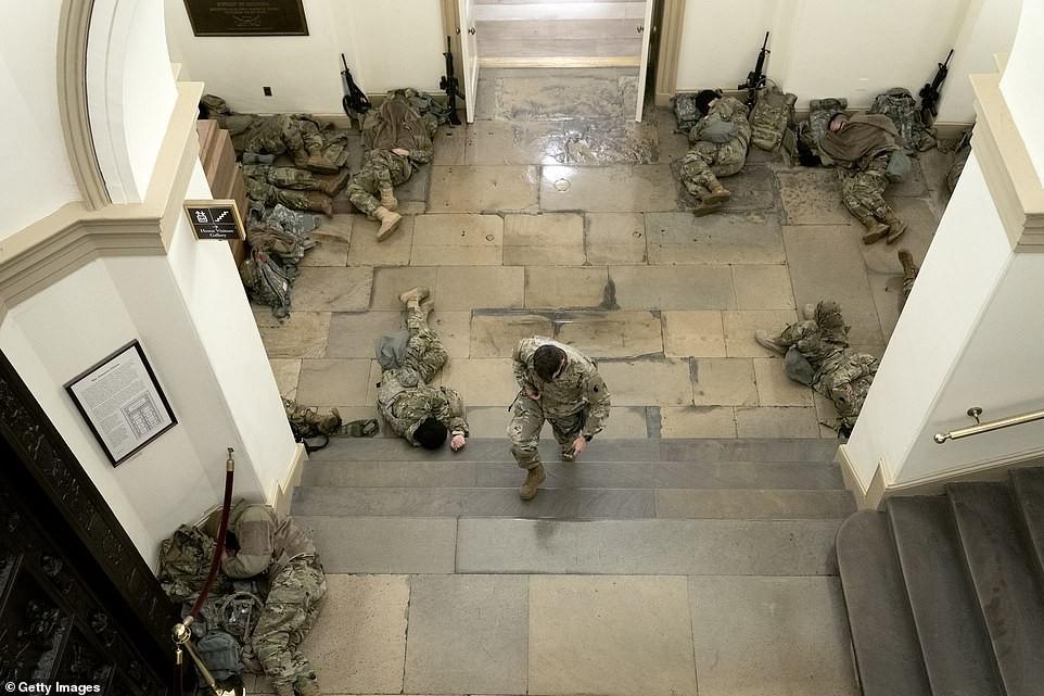 Binh sĩ nằm la liệt, nhà báo Mỹ ví Điện Capitol như căn cứ quân sự ảnh 4