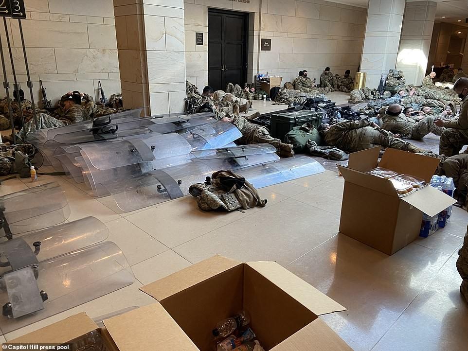 Binh sĩ nằm la liệt, nhà báo Mỹ ví Điện Capitol như căn cứ quân sự ảnh 11