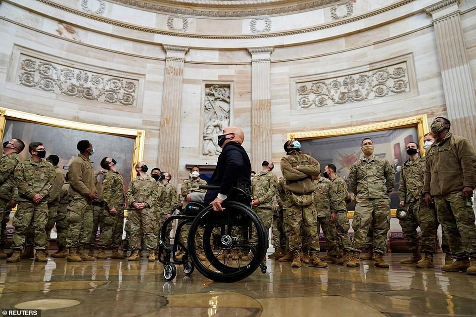 Binh sĩ nằm la liệt, nhà báo Mỹ ví Điện Capitol như căn cứ quân sự ảnh 2