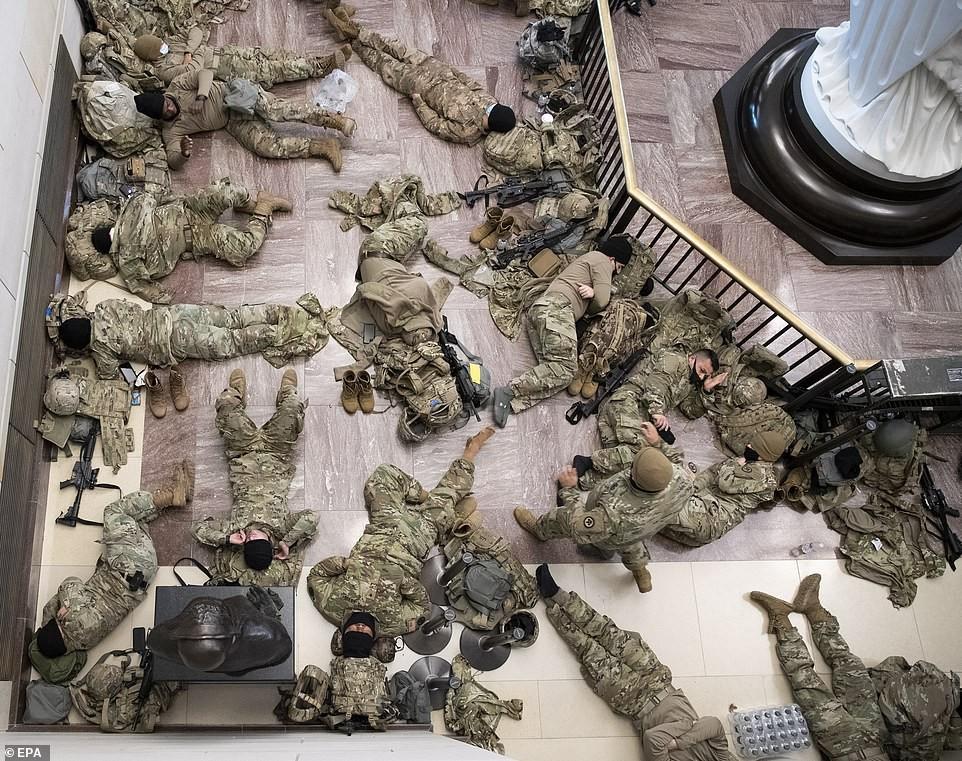 Binh sĩ nằm la liệt, nhà báo Mỹ ví Điện Capitol như căn cứ quân sự ảnh 1