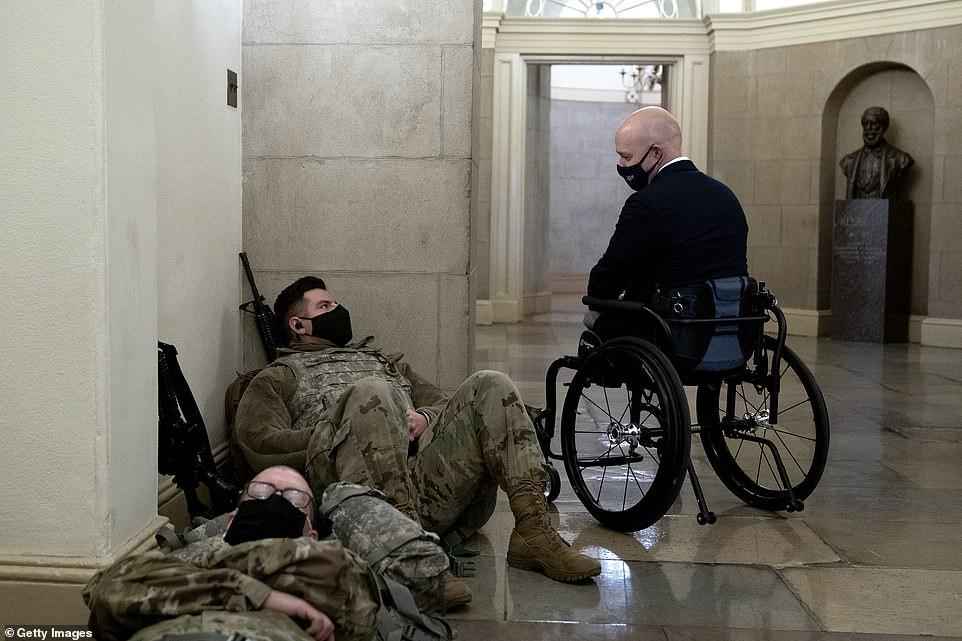 Binh sĩ nằm la liệt, nhà báo Mỹ ví Điện Capitol như căn cứ quân sự ảnh 6
