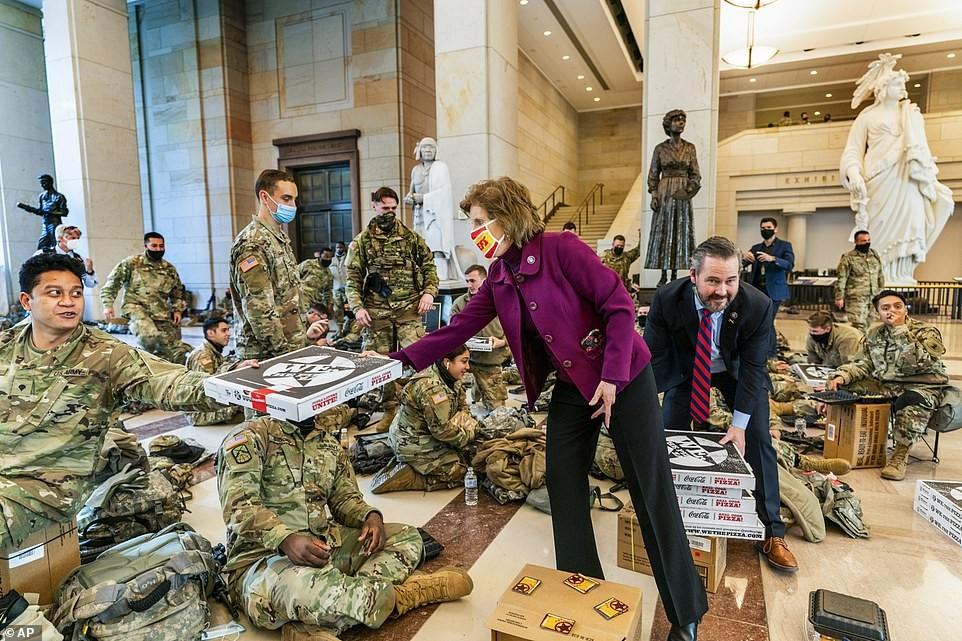 Binh sĩ nằm la liệt, nhà báo Mỹ ví Điện Capitol như căn cứ quân sự ảnh 15