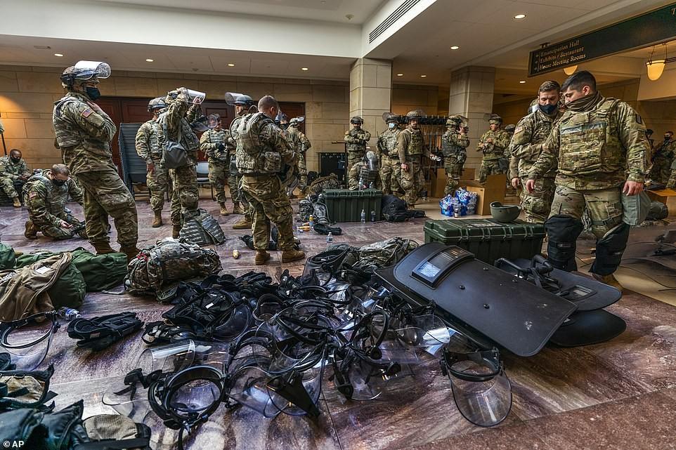 Binh sĩ nằm la liệt, nhà báo Mỹ ví Điện Capitol như căn cứ quân sự ảnh 8