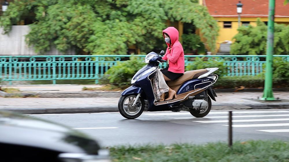 Trời trở lạnh, người Hà Nội co ro trong đợt gió mùa đầu tiên ảnh 4
