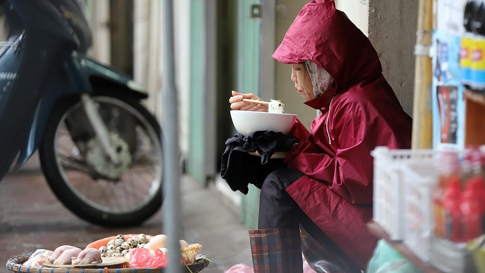 Trời trở lạnh, người Hà Nội co ro trong đợt gió mùa đầu tiên ảnh 11