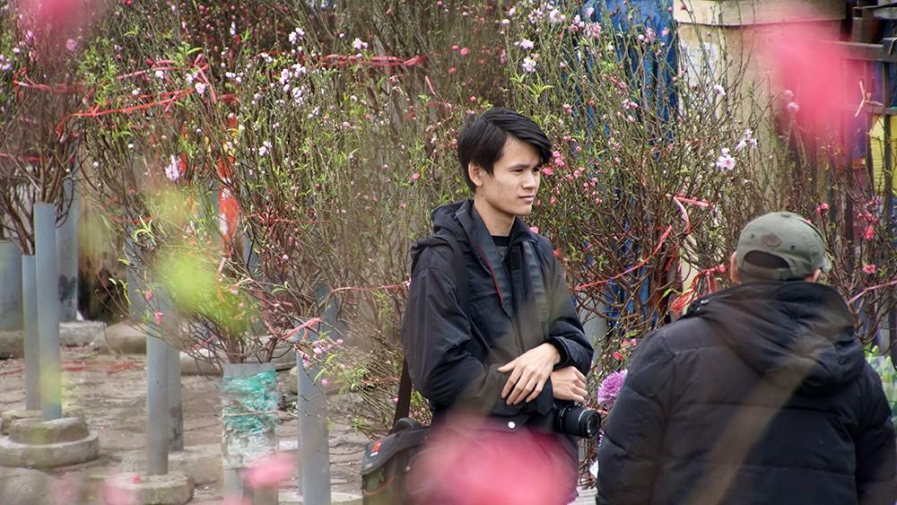 Hoa đào bung nở trong giá rét, khoe sắc trên phố Hà Nội ảnh 10