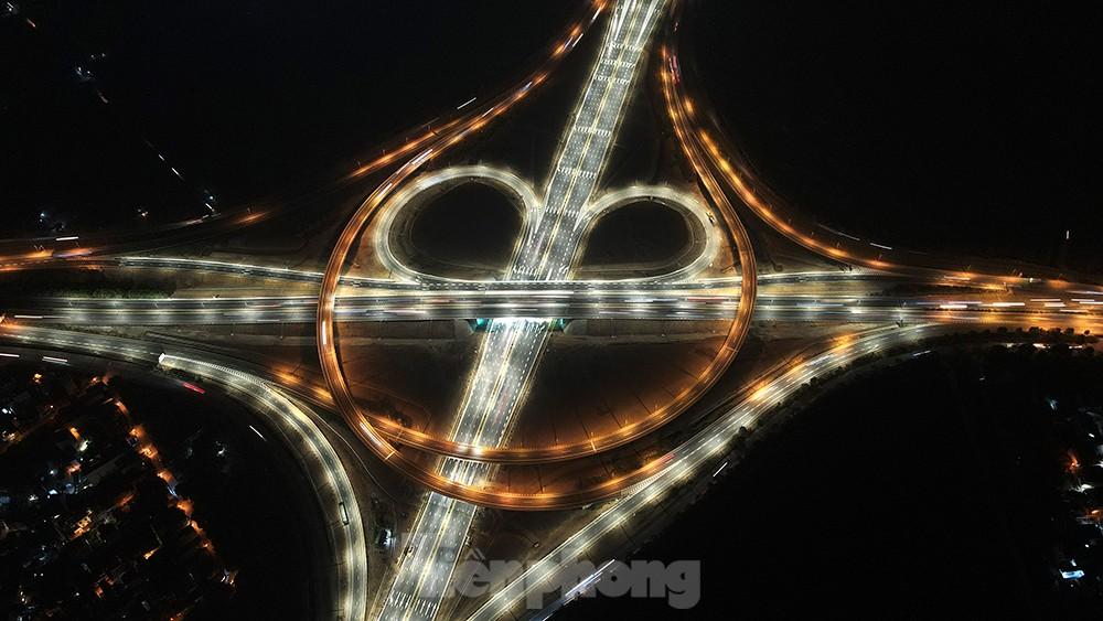 Mãn nhãn với cầu vượt 'trăm tỷ' ở Thủ đô lung linh trong đêm ảnh 2