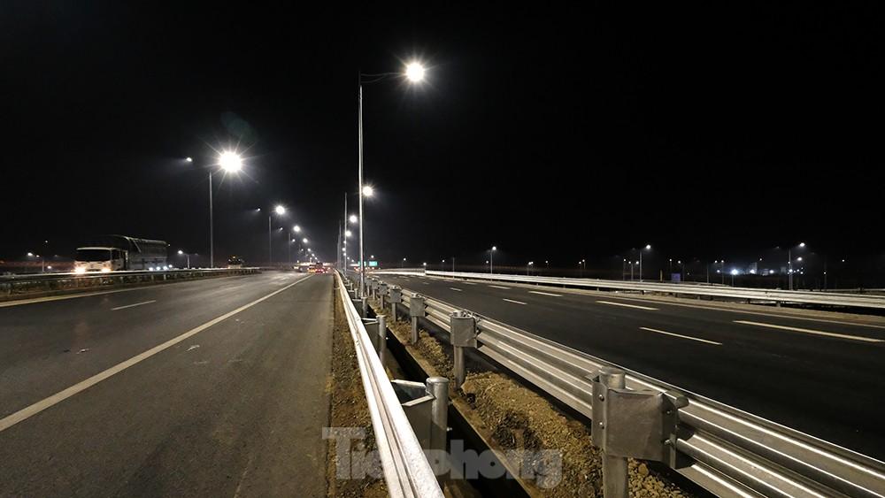 Mãn nhãn với cầu vượt 'trăm tỷ' ở Thủ đô lung linh trong đêm ảnh 3