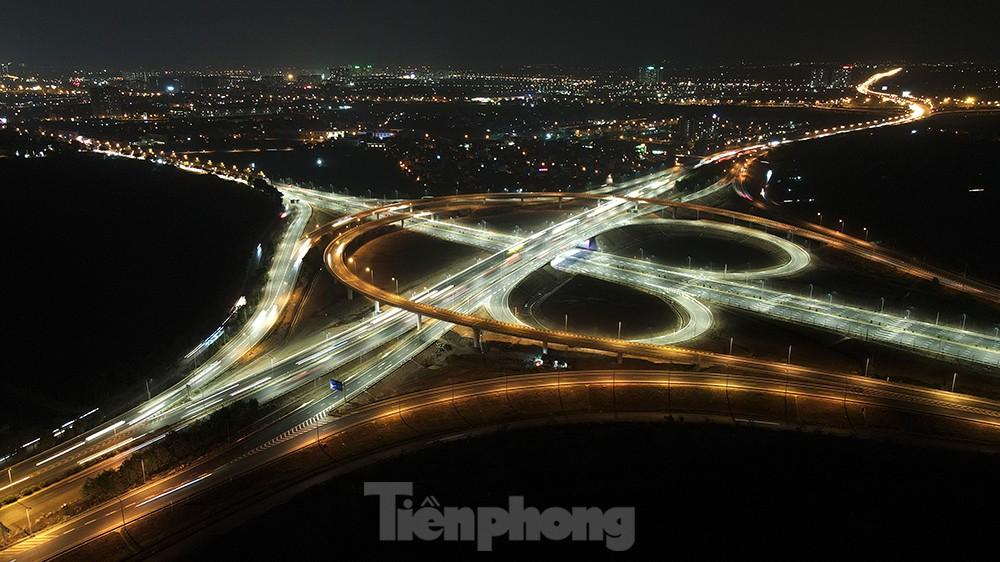 Mãn nhãn với cầu vượt 'trăm tỷ' ở Thủ đô lung linh trong đêm ảnh 5