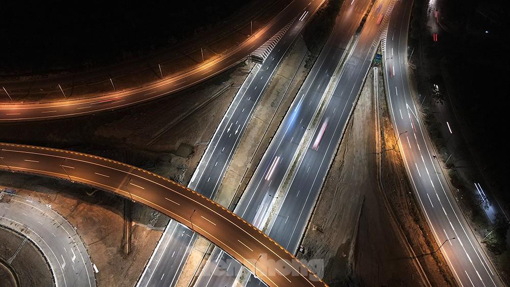 Mãn nhãn với cầu vượt 'trăm tỷ' ở Thủ đô lung linh trong đêm ảnh 6