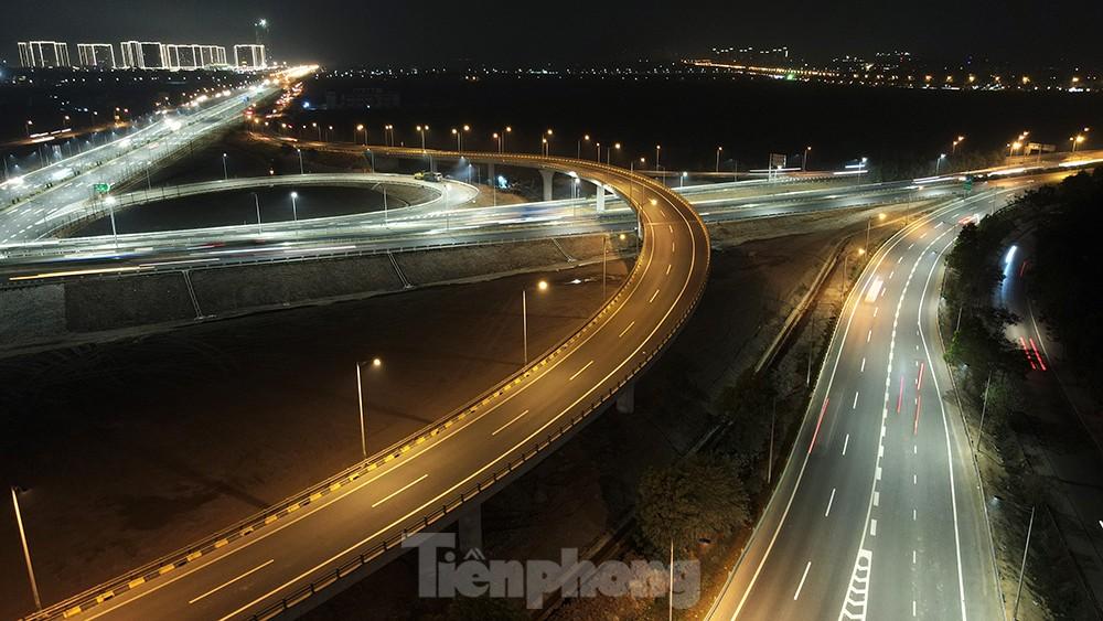 Mãn nhãn với cầu vượt 'trăm tỷ' ở Thủ đô lung linh trong đêm ảnh 7