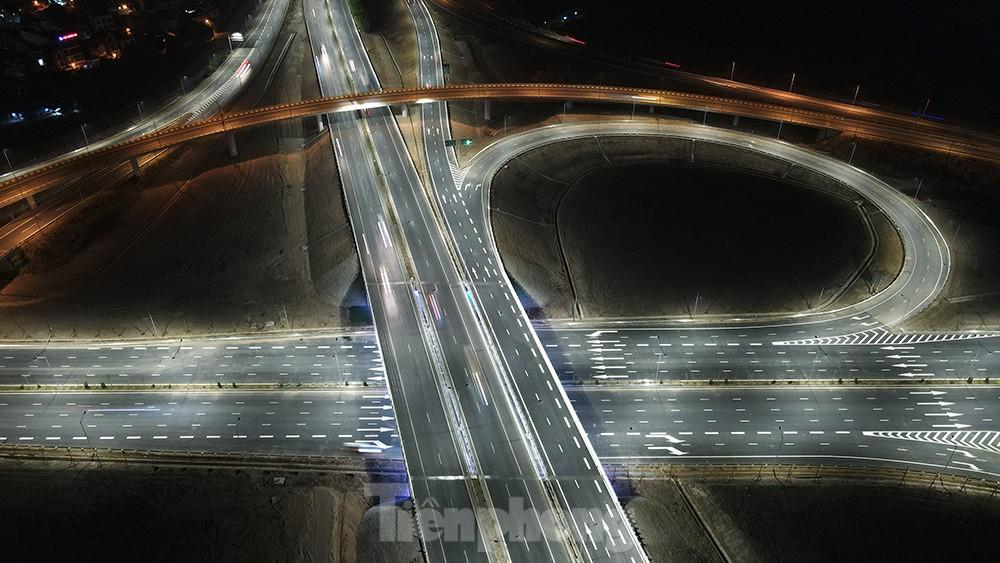Mãn nhãn với cầu vượt 'trăm tỷ' ở Thủ đô lung linh trong đêm ảnh 9